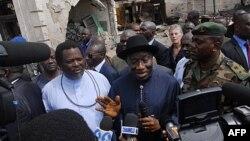 """Rais wa Nigeria Goodluck Jonathan (akiwa katika eneo la jengo la gazeti la """"ThisDay"""" lililoshambuliwa kwa bomu April 26"""