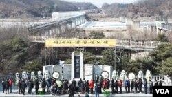 한국 구정을 맞아 16일 임진각에서 실향민들이 합동 차례를 지내고 있다