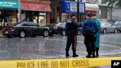 지난 19일 미국 뉴욕 경찰관들이 폭탄 공격 용의자 아흐마드 칸 라하미가 거주했던 아파트 주변을 통제하고 있다. 아파트에서는 이번 사건 관련 증거물들이 발견된 것으로 알려졌다.
