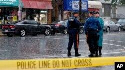 Cảnh sát đứng gác trong khi các cán bộ thực thi pháp luật tìm kiếm Ahmad Khan Rahami, nghi can chính trong vụ đánh bom ở New York, tại Elizabeth, Mỹ, ngày 19/9/2016.