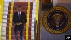 Shugaban Amurka Barack Obama yayinda yake saukowa daga jirginsa a Hanoi babban birnin kasar Vietnam jiya Lahadi