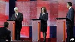 美国共和党总统参选人巴克曼众议员(中)在辩论会上回答问题