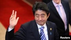 지난 5일 주요 7개국 정상회담 참석차 벨기에 브뤼셀을 방문한 아베 신조 일본 총리가 손을 흔들고 있다. (자료사진)