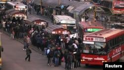 La paralización del Subte ha provocado grandes filas de pasajeros que intentan transportarse en buses en Buenos Aires.