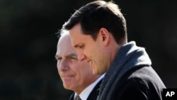 Rob Porter (à droite) avec John Kelly, secrétaire général de la Maison Blanche, Washington, le 2 février 2018.