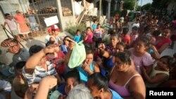 Ngưởi dân sắp hàng nhận thực phẩm cứu trợ sau trận động đất tại Juchitan, Mexico, ngày 9/9/2017.
