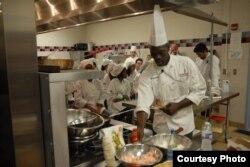 Chef asal Senegal, Ali Baba Gueye, yang diundang oleh Departemen Luar Negeri AS, Departemen Pertanian AS, dan produsen kedelai untuk mendemonstrasikan makanan sehat.