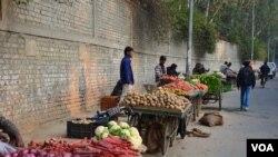 Người bán hàng rong nói khi Đảng Dân Thường cai trị Delhi trong khoảng thời gian ngắn năm ngoái, cảnh sát ngưng không đòi hối lộ và họ không bị các giới chức quấy nhiễu khi họ xin giấy phép hay thẻ mua lương thực.
