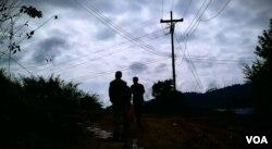 谢先生带记者来到泰缅界山的一处偷渡小径。(美国之音朱诺拍摄,2016年2月13日)