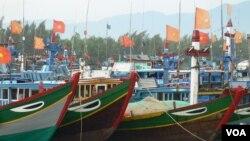 Tàu đánh các của ngư dân Việt Nam ở đảo Lý Sơn, Quảng Ngãi. Theo các chuyên gia, Việt Nam đang tăng cường lực lượng đánh bắt cá tự vệ trên biển để bảo vệ chủ quyền trước Trung Quốc.