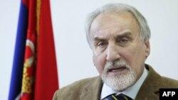 Srpski tužilac za ratne zločine Vladimir Vukčević govori o otkriću masovne grobnice na konferenciji za novinare
