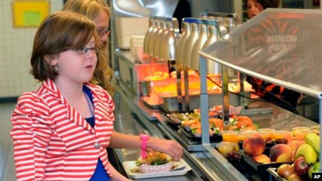 Dua orang murid sekolah menengah pertama Draper di Rotterdam, New York, memilih makanan di kantin sekolah. (AP/Hans Pennink)