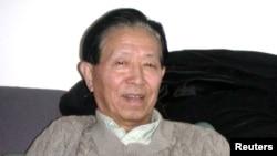 Bác sĩ Jiang Yanyong, người đã lên tiếng báo động về việc chính phủ Trung Quốc che dấu dịch bệnh SARS năm 2003, bị quản thúc tại gia vì yêu cầu giới lãnh đạo đánh giá lại phong trào đòi dân chủ Thiên An Môn năm 1989.