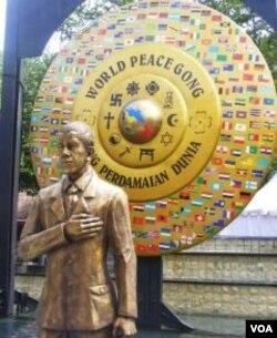 Patung para penerima Nobel Perdamaian, termasuk Presiden Obama, diletakkan di dekat 'Gong Perdamaian' di Nusa Dua, Bali (27/12).