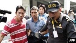Cảnh sát Thái Lan áp giải nghi can người Iran Mahammad Khazaei (giữa)