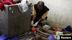 Petugas forensik memberi tanda pada jenazah warga Burma di sebuah RS di Medan yang tewas dalam perkelahian di pusat penahanan (5/4).
