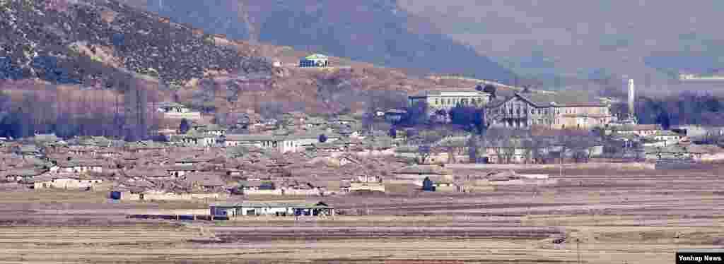 28일 한국의 강화군 평화전망대에서 바라본 북한 개풍군 일대 마을이 적막한 모습이다.