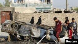 巴格达南面马姆迪亚赫城镇居民观看汽车爆炸后的现场