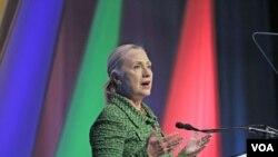 Menlu AS Hillary Clinton memberikan pidato pada konferensi internasional tentang kebebasan berinternet di Den Haag (8/12).