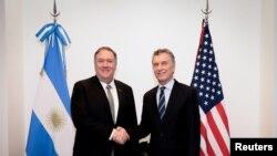 El secretario de Estado de EE. UU., Mike Pompeo, saluda al presidente de Argentina, Mauricio Macri, cuando se reúnen en el marco de la cumbre hemisférica antiterrorista, en Buenos Aires, Argentina.