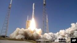지난해 3월 미국 플로리다주 케이프커내버럴 공군기지에서 군사용 인공위성을 실은 애틀라스V 로켓이 발사되고 있다. (자료사진)