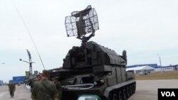 今年夏季莫斯科武器展上的道尔-M1防空导弹系统。(美国之音白桦拍摄)