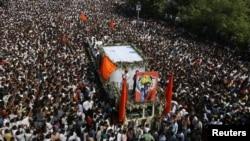 Para pendukung partai Shiv Sena mengikuti prosesi pemakaman pemimpin nasional ekstrimis sayap kanan Hindu India, Bal Thackeray di Mumbai (18/11).
