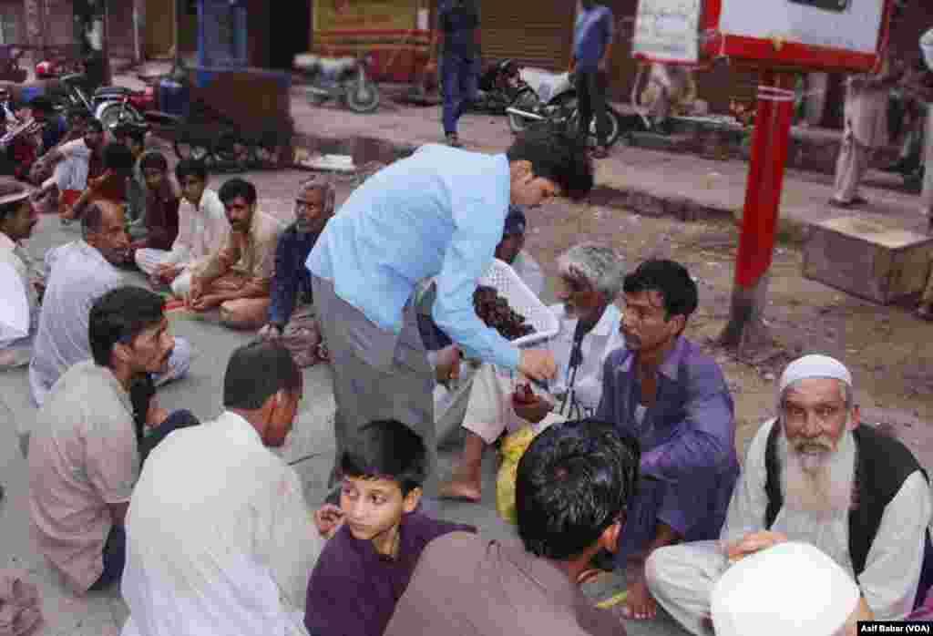 کراچی: ان افطار دسترخوانوں سے غریب مستحقین اور مزدور طبقے کے افراد مستفید ہوتے ہیں