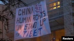 Aktivisti okačili transparent kojim se zahtevaju prava za Tibetance