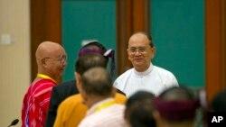 缅甸总统登盛(中)在内比都举行的全国停火协议会议上与少数民族武装组织领导人见面(2015年9月9日)