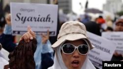 Para pendukung Hizbut Tahrir Indonesia (HTI) melakukan aksi unjuk rasa mendukung penerapan hukum syariah di Indonesia (foto: ilustrasi).