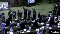 """1 Aralık 2020 - İranlı milletvekilleri, yaptırımların gevşetilmemesi halinde BM denetimlerinin sonlandırılmasını öngören yasa tasarısının ilk görüşmesinde """"ABD'ye ölüm! İsrail'e ölüm!"""" sloganları attı"""