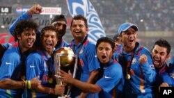 بھارتی کرکٹ ٹیم کے کھلاڑی دو اپریل 2011ء کو ورلڈ کپ فائنل میں سری لنکا کو ہرانے کے بعد فتح کا جشن منا رہے ہیں۔ (فائل فوٹو)