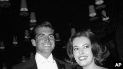 Susan Kohner y George Hamilton