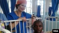 Mumwe wevana chiremba varikushanda muchirongwa ichi Dr Jennifer Mora