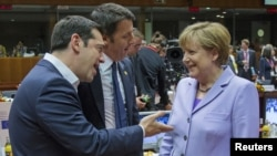 Greek Prime Minister Alexis Tsipras (L), Italian Prime Minister Matteo Renzi (C) and German Chancellor Angela Merkel attend a European Union leaders summit in Brussels, Belgium, June 25, 2015.