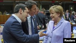 Thủ tướng Hy Lạp Alexis Tsipras (trái) trao đổi với Thủ tướng Đức Angela Merkel (phải) tại Brussels, Bỉ, hôm 25/6.