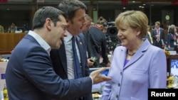 지난 25일 벨기에 브뤼셀에서 열린 유럽연합정상회의에서 알렉시스 치프라스 그리스 총리(왼쪽)가 앙겔라 메르켈 독일 총리(오른쪽)와 대화하고 있다.