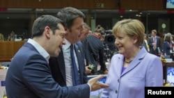2015年6月25日希腊总理奇普拉斯与意大利总理马泰奥·伦齐以及德国总理默克尔在布鲁塞尔欧盟峰会期间交谈。