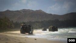 在美軍於夏威夷主板的美軍太平洋司令部兩棲領導人研討會期間,美國海軍陸戰隊的兩棲突擊車行進在灘頭。(2015年5月19日)