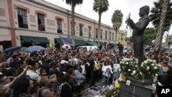 Los admiradores de Juan Gabriel en Ciudad de México rinden homenaje a su ídolo en la estatua erigida en su honor en la Plaza Garibaldi.