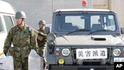 日本军人在向临时辐射监控站运送物资