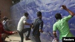Yangını protesto eden işciler bir giyim fabrikasına saldırırken