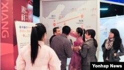 북한의 핵 프로그램 개발 관련 물자를 제공했다는 의혹을 받는 중국 랴오닝 훙샹그룹이 지난해 5월 평양 봄철 국제상품박람회와 지난해 10월 단둥 조중상품전람 교역회에 참석했다. 사진은 훙샹그룹의 박람회 및 교역회 부스 전경.