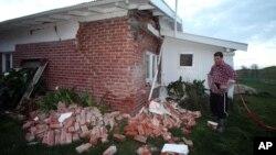 Kieran Hickman observa los destrozos que causó en su propiedad el fuerte sismo de magnitud 6.5 .