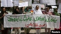 غیرت کے نام پر قتل کے خلاف مظاہرے میں شریک خواتین۔ فائل فوٹو