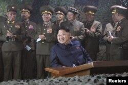 朝鲜最高领导人金正恩观看军演(资料照片)