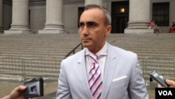 Альберт Даян, адвокат Виктора Бута, у здания апелляционного суда в Нью-Йорке