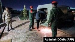 Des soldats de la police militaire pro-Haftar escortent un véhicule des prisonniers capturés par les forces du général Haftar. Photo prise à Benghazi, dans l'est de la Libye le 5 mai 2020.