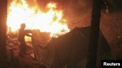 به آتش کشیدن چادر مخالفان توسط پلیس ضدشورش